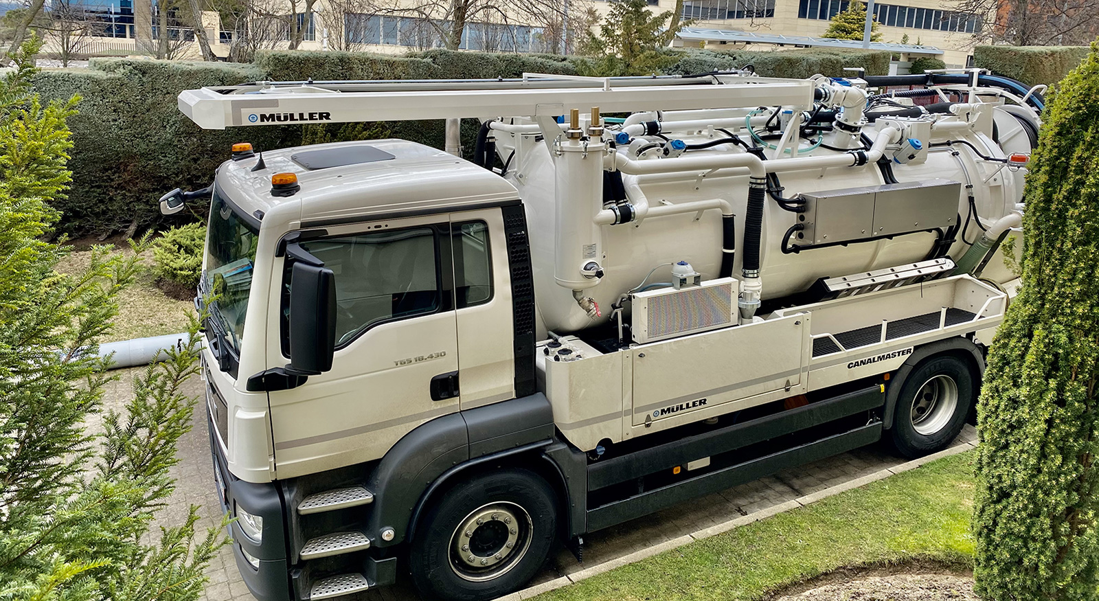 TECSAN entrega seis nuevos camiones de limpieza con sistema de reciclaje de agua